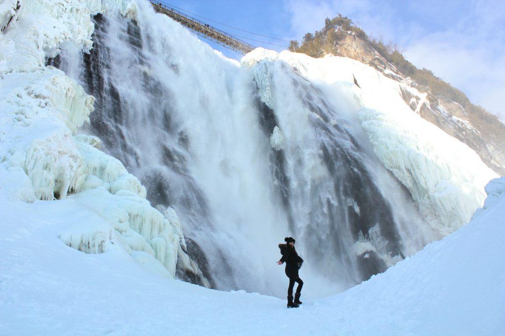 Au pied de la chute Montmorency en hiver