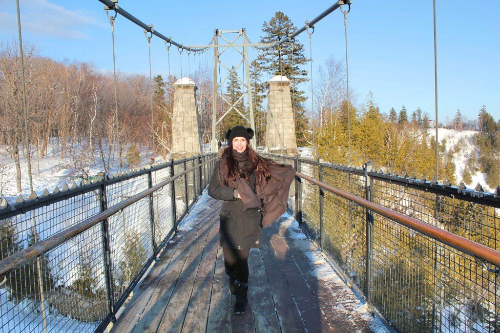 Traverser le pont suspendu au dessus de la chute montmorency