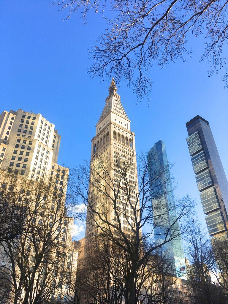Gratte ciel à Madison Square Park avec ciel bleu