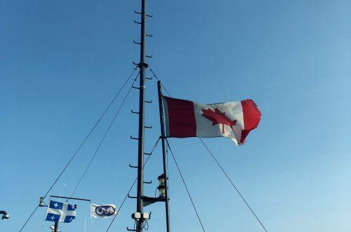 Drapeau du Canada qui flotte au vent