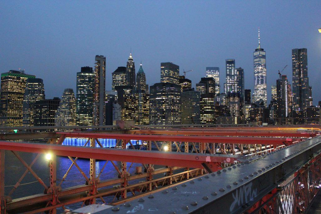 Skyline illuminée depuis le pont de Brooklyn au crépuscule