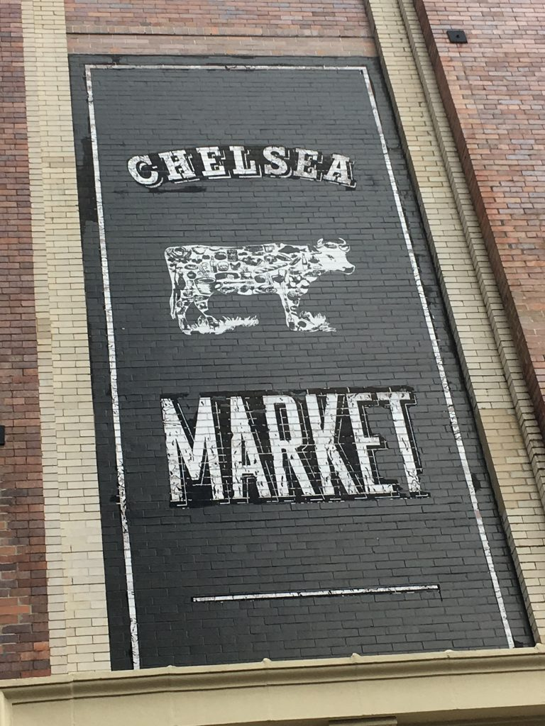 L'affiche à l'entrée du marché de Chelsea à New-York