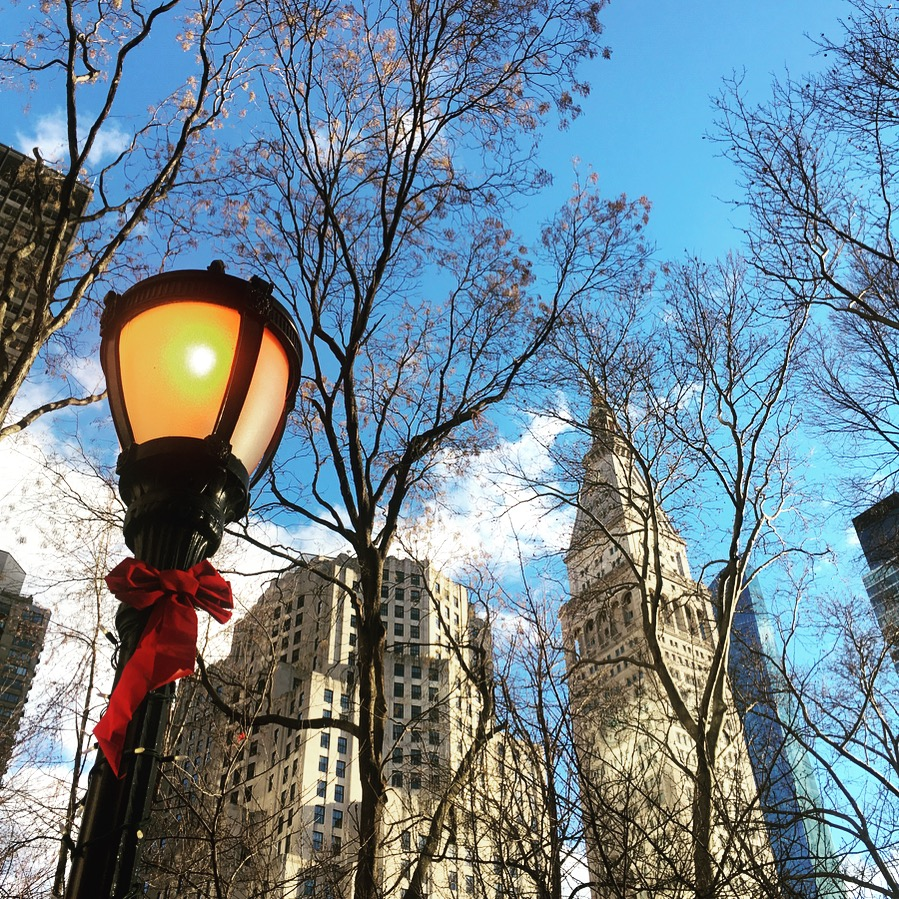 Un lampadaire décoré d'un noeud rouge de Noël à Madison Square Park