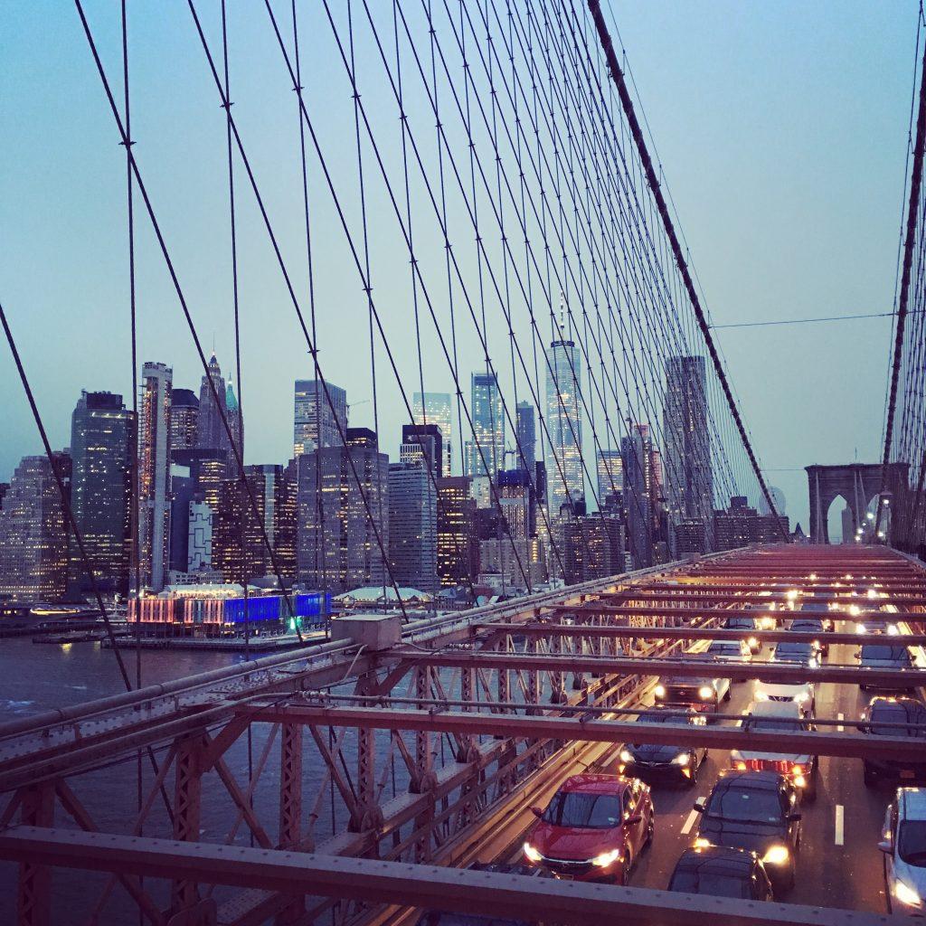 Vue sur la skyline de Manhattan depuis le pont de Brooklyn au crépuscule