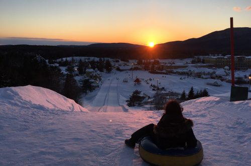 Coucher de soleil en haut des pistes sur un tube au village vacance valcartier en hiver