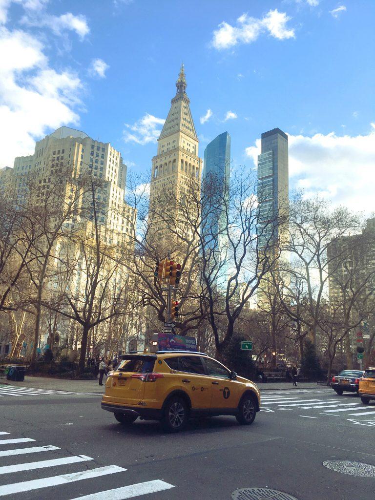 un taxi à Madison Square Park à Manhattan avec le ciel bleu