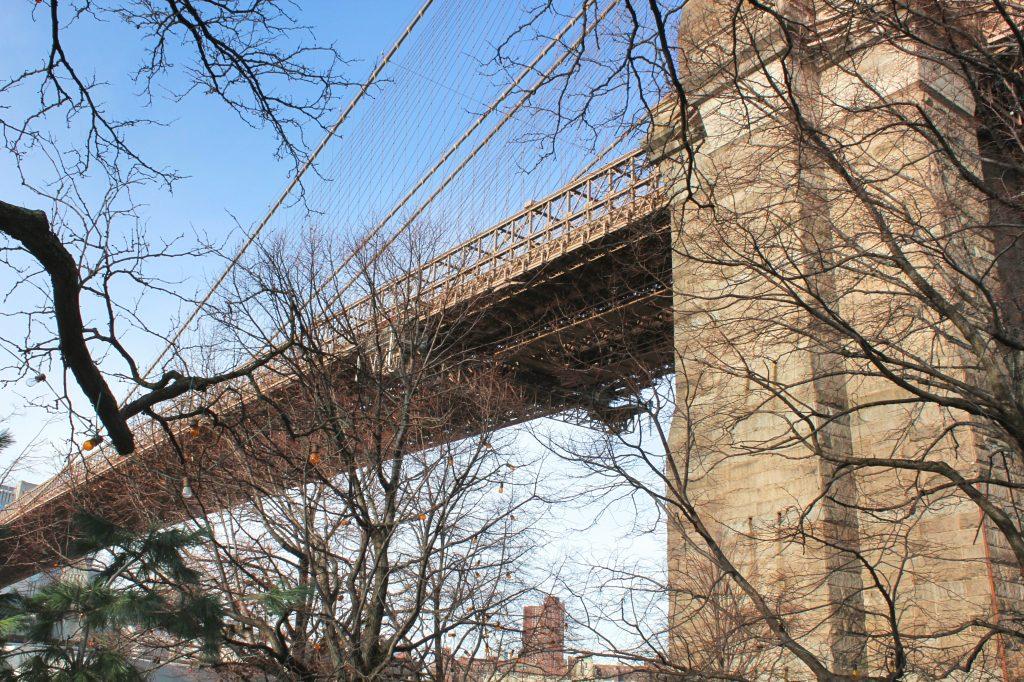Vue contre plongée sur le pont de Brooklyn depuis Brooklyn