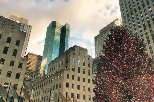 Sapin de Noël illuminé à Rockefeller Center avec gratte ciel