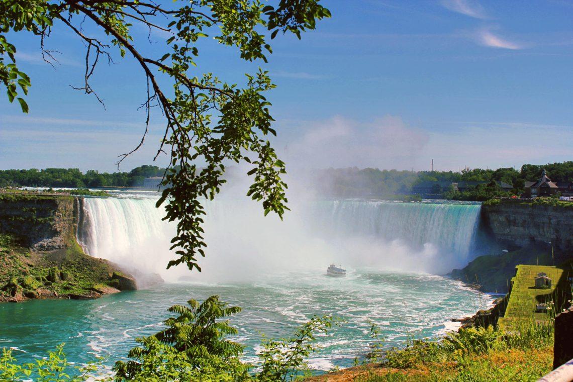Vue sur les chutes du niagara canadiennes en été