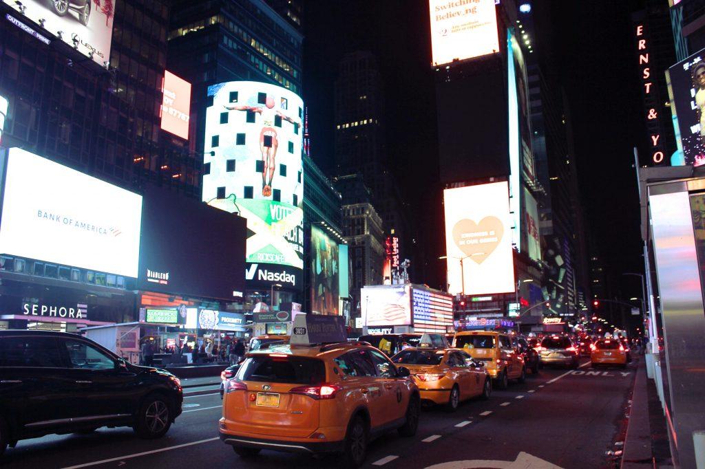 Une vue de time square et ses taxis la nuit
