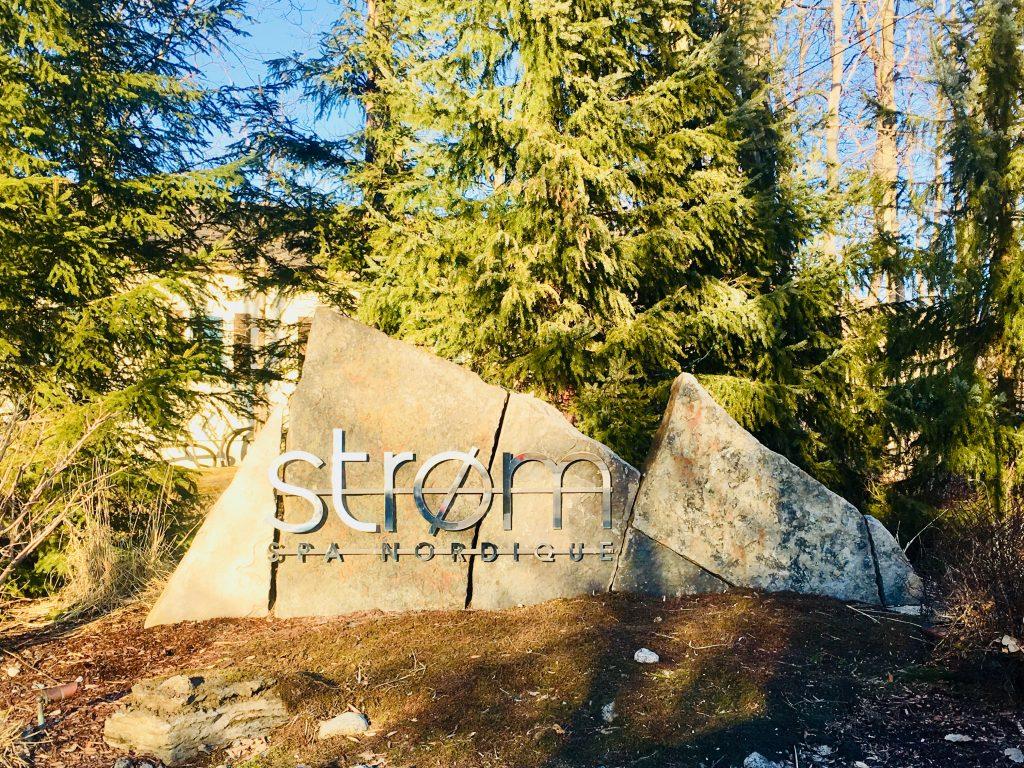 Le logo d'entrée sur un rocher du Spa Strom Mont Saint Hilaire