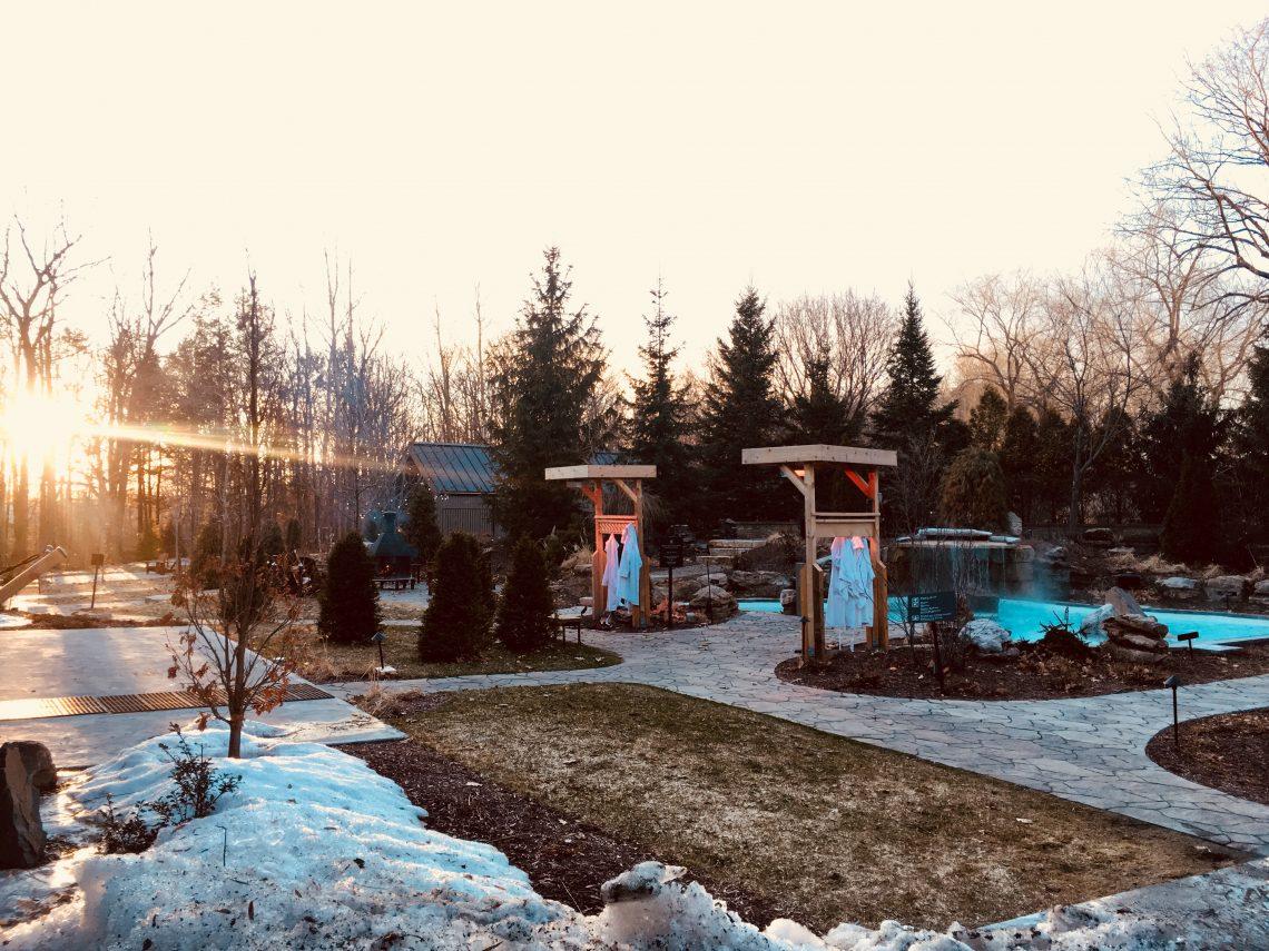 Coucher de soleil sur le Spa nordique strom de mont saint hilaire