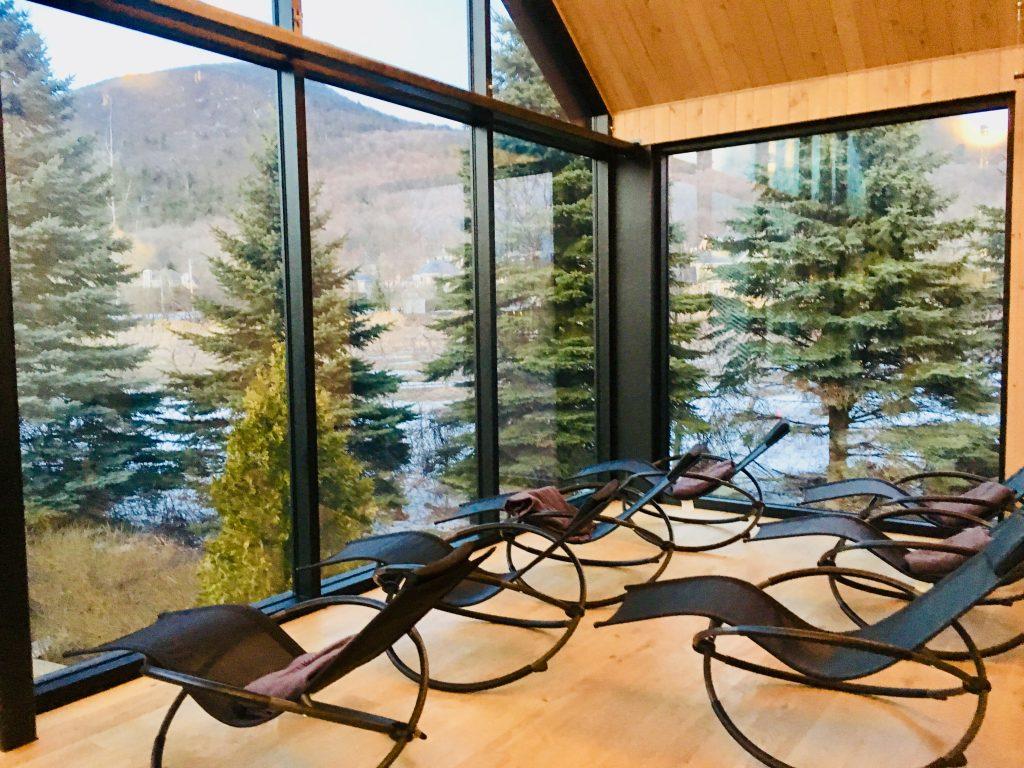 La vue sur les arbres depuis la salle panoramique au Spa nordique strom de mont saint hilaire