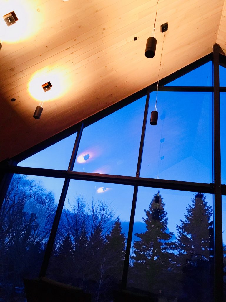 Vue sur les arbres au crépuscule depuis la salle panoramique du Spa nordique strom de mont saint hilaire