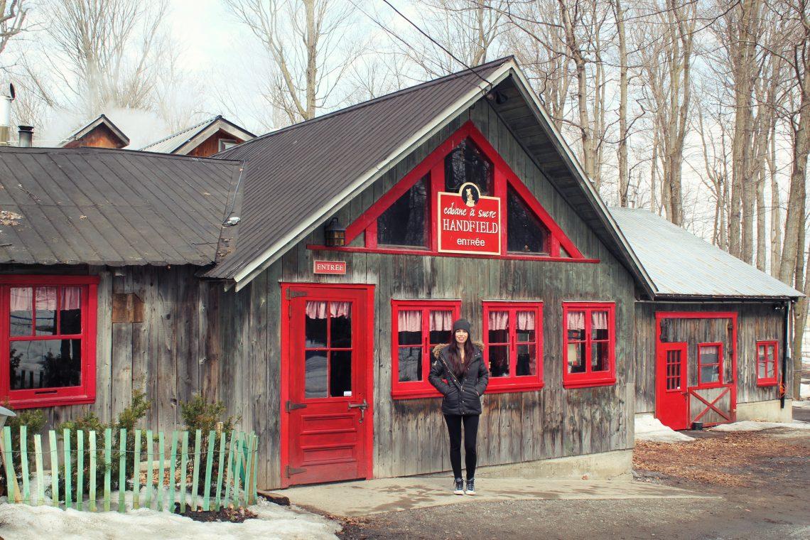 fille qui pose devant la cabane à sucre handfield