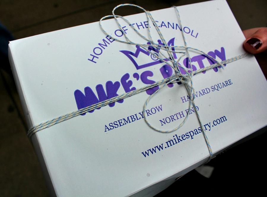 La boite en carton blanche et bleue du patissier Mike's Pastry à Boston