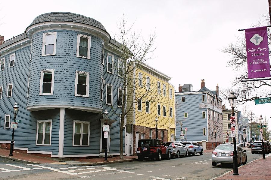 les façades en bois colorées bleues et jaunes de la winthrop street à Boston