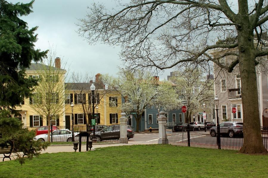 Les façades colorées jaunes et bleues autour du Winthrop square à Boston pendant le freedom trail