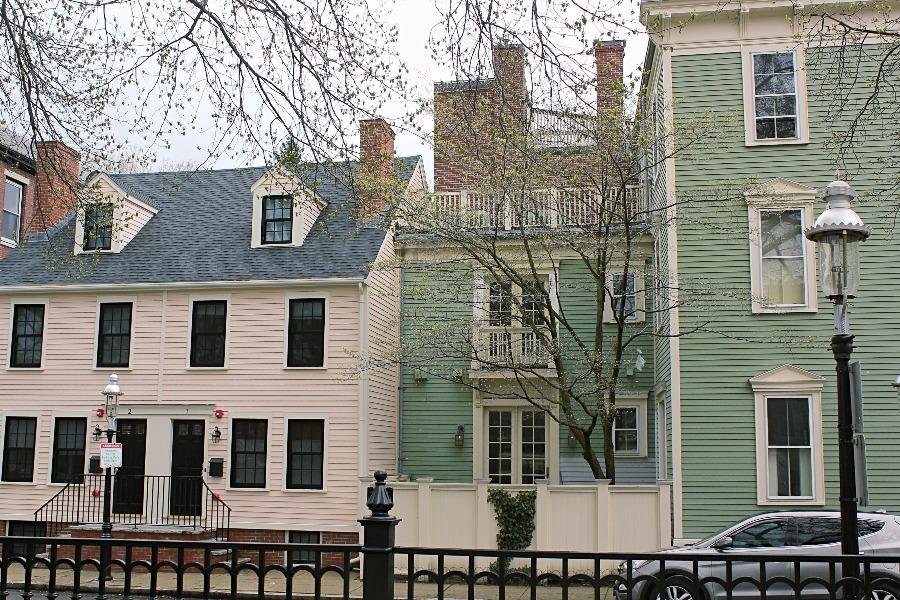 Jolies façades colorées pastels autour du winthrop square à boston