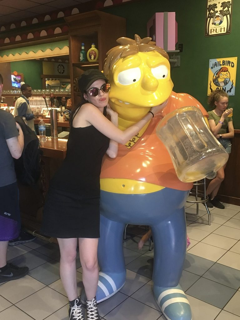 personnage barney à l'intérieur du bar de Moe aux parcs universal studio à orlando en floride