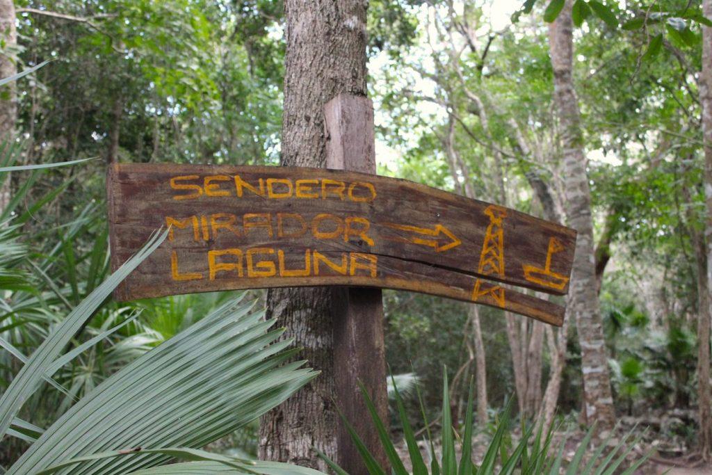 Un panneau qui nous guide à travers la réserve de sian ka'an