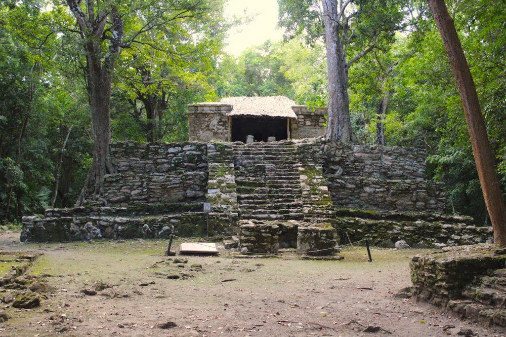 Une construction maya dans les ruines de Muyils