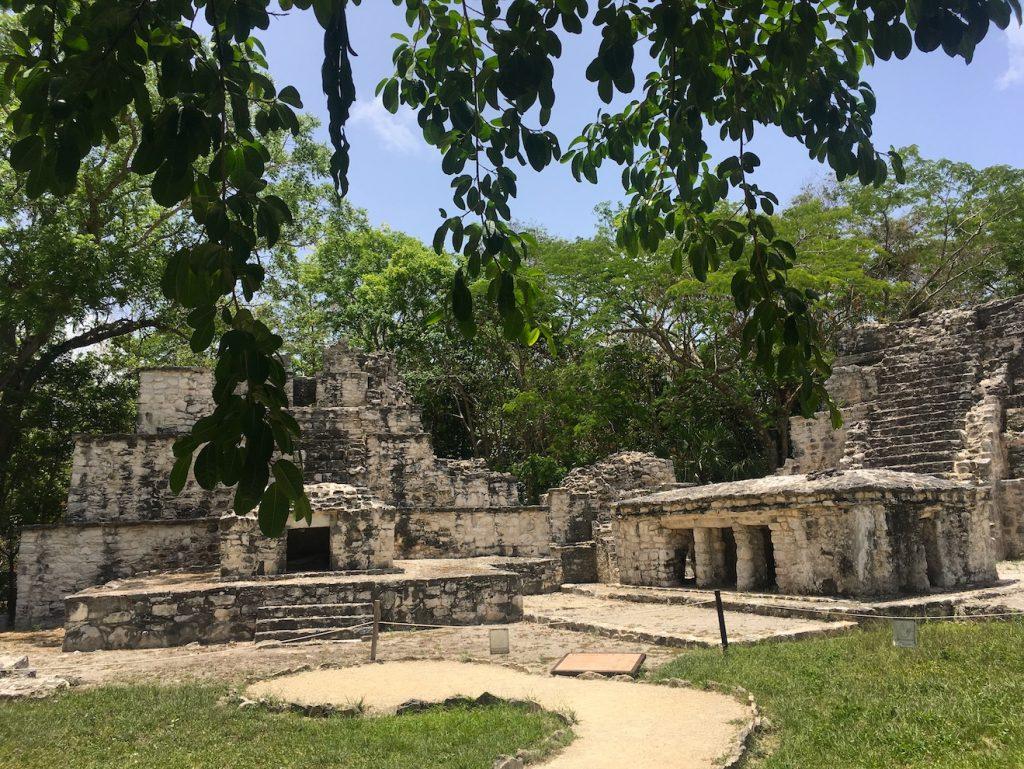 Les ruines maya de Muyils entourée de végétation dans la réserve de Sian Ka'an